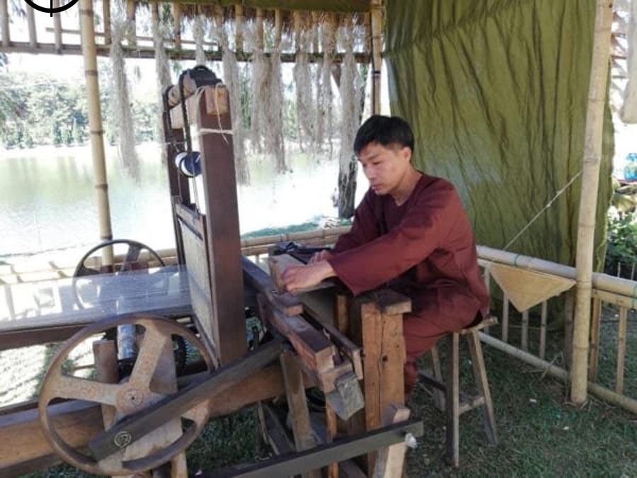 Người dệt vải canvas phải giữ cố định vải theo chiều dọc và chiều ngang để vải trông đẹp mát