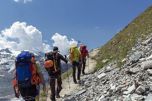 leo núi nên mặc gì
