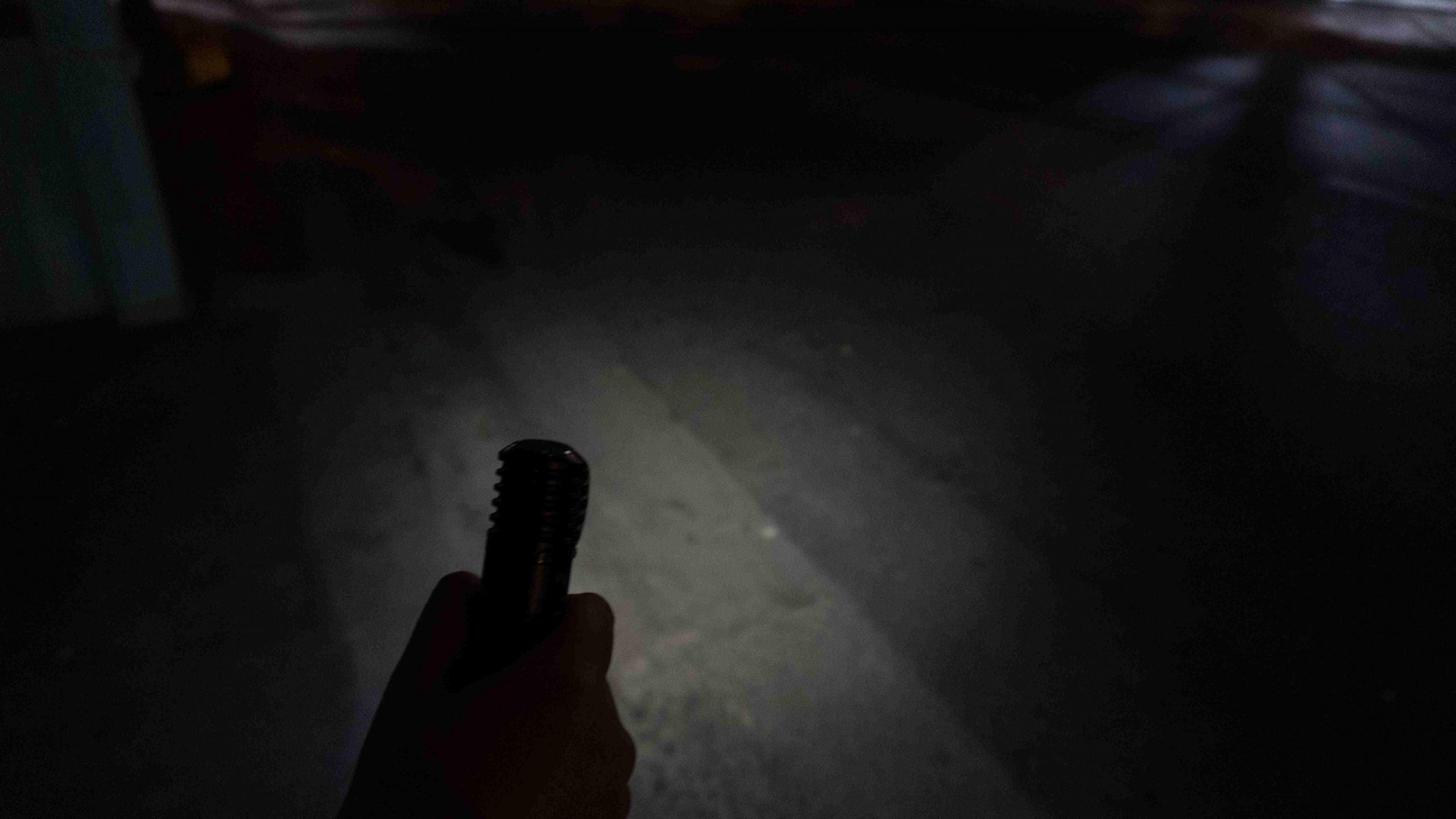 30 lumens ngoài trời (thời lượng 66 tiếng). Thích hợp để chiếu sáng vật thể ngay trước mặt khi đi bộ